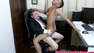 Pinoy twink cocksucking daddy close by the meeting