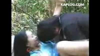 Husband and wife fuck anent the forest